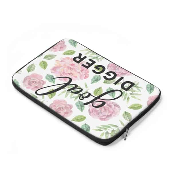 Floral Goal Digger laptop sleeve design. This laptop sleeve cover is the ideal gift for any blogger, entrepreneur or girl boss! Perfect fit for a Mackbook or any other laptop (check sizing guide below). Get yours today!