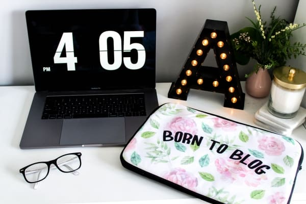 Born to blog laptop sleeve with floral design. This laptop sleeve cover is the ideal gift for any blogger or entrepreneur! Perfect fit for a Mackbook or any other laptop (check sizing guide below). Get yours today!